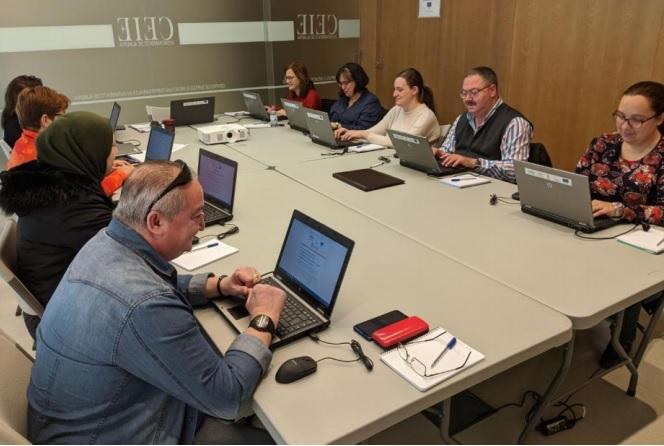 Participantes en una sesión de la lanzadera en una mesa con ordenadores