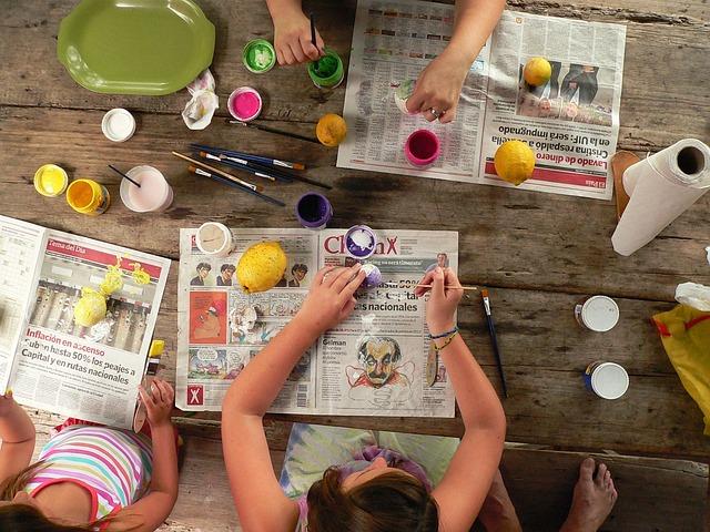 Grupo de niños y niñas haciendo manualidades en una mesa