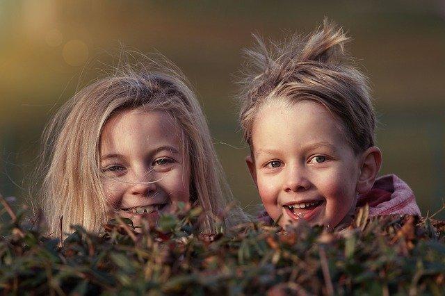 Un niño y una niña jugando
