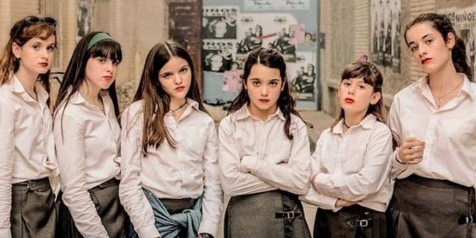 Grupos de niñas vestidas de colegialas que protagonizan la peli del mismo nombre