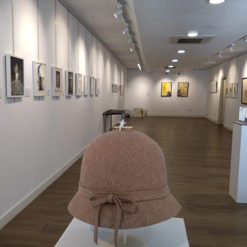 Interior de la exposición Mujeres: corto y cambio