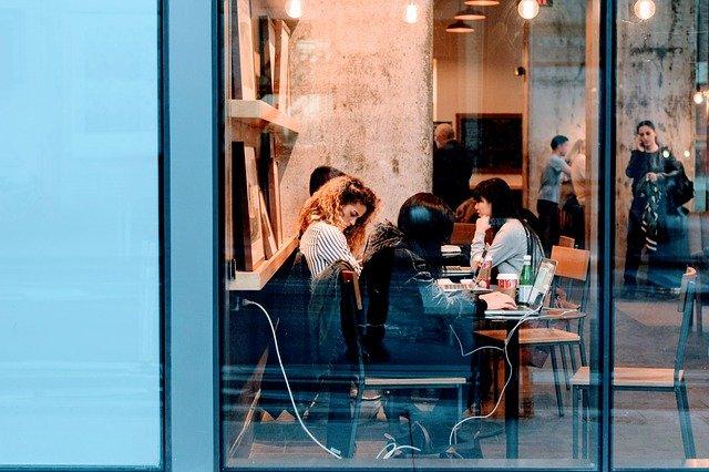 Personas trabajando en el interior de un local