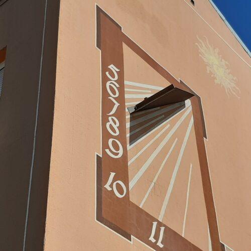 Otro de los relojes de grandes dimensiones en fachada