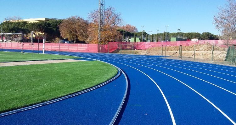 La pista de atletismo homologada y los campos de f tbol for Piscina municipal vicalvaro