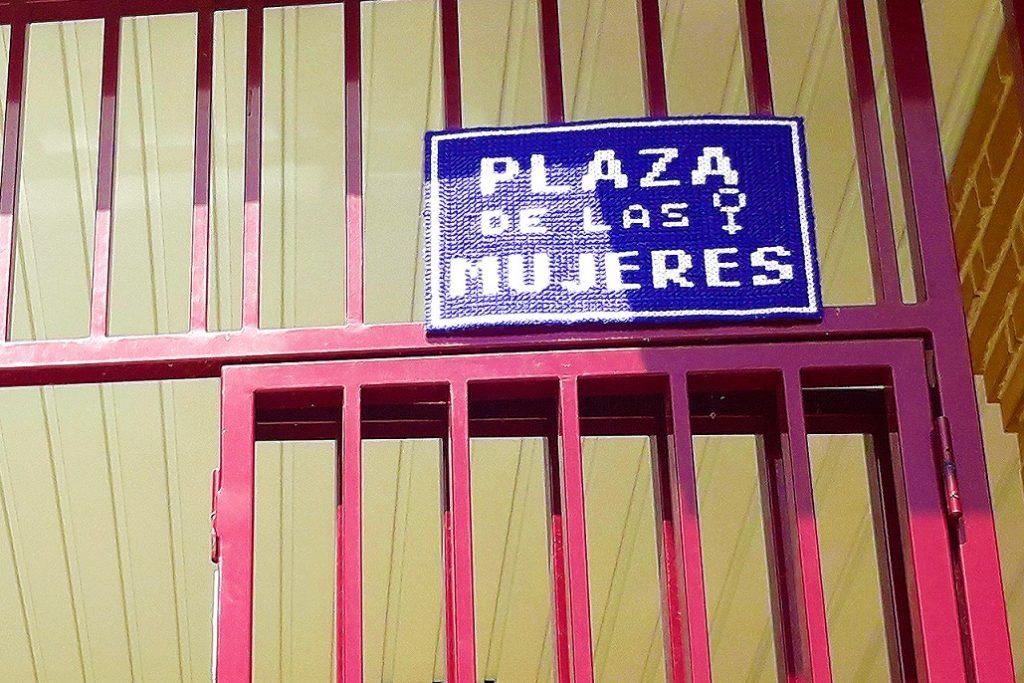 Placa tejida de la plaza de las Mujeres