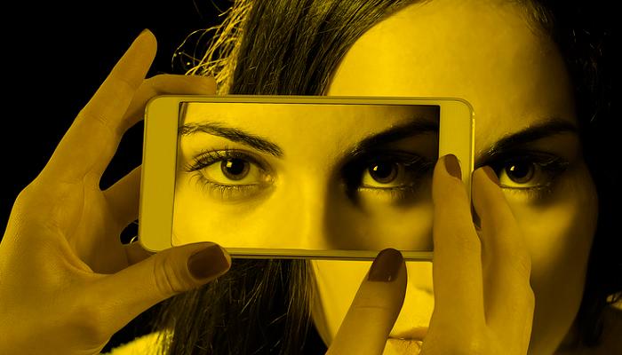 Ojos reflejados en un móvil
