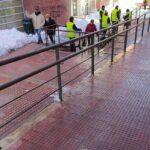 Limpieza de la rampa del Centro de Salud Artilleros