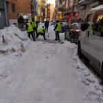 Limpiando hielo y nieve en la calle Mercurio