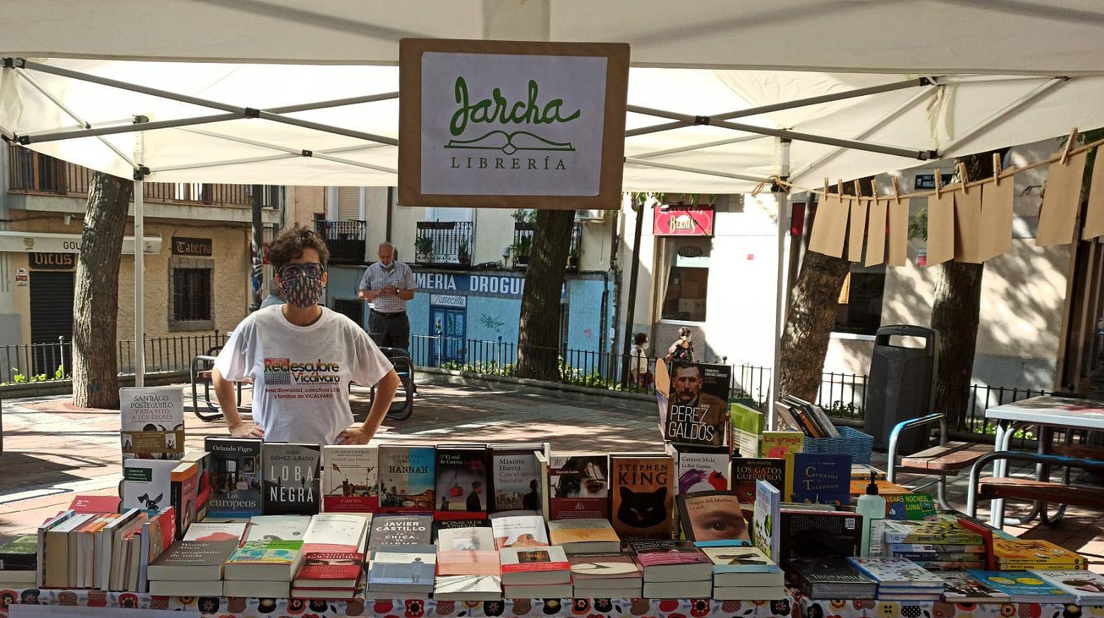 Puesto de la librería Jarcha en la plaza de Don Antonio de Andrés 23 julio 2020