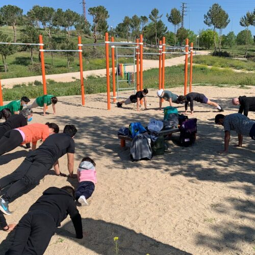 Practicando calistenia en parque del Anillo Verde
