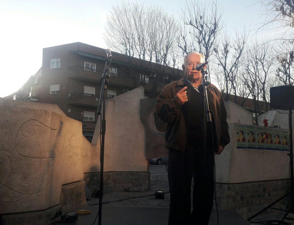 Un vecino recita un poema de memoria durante el homenaje a Miguel Hernández