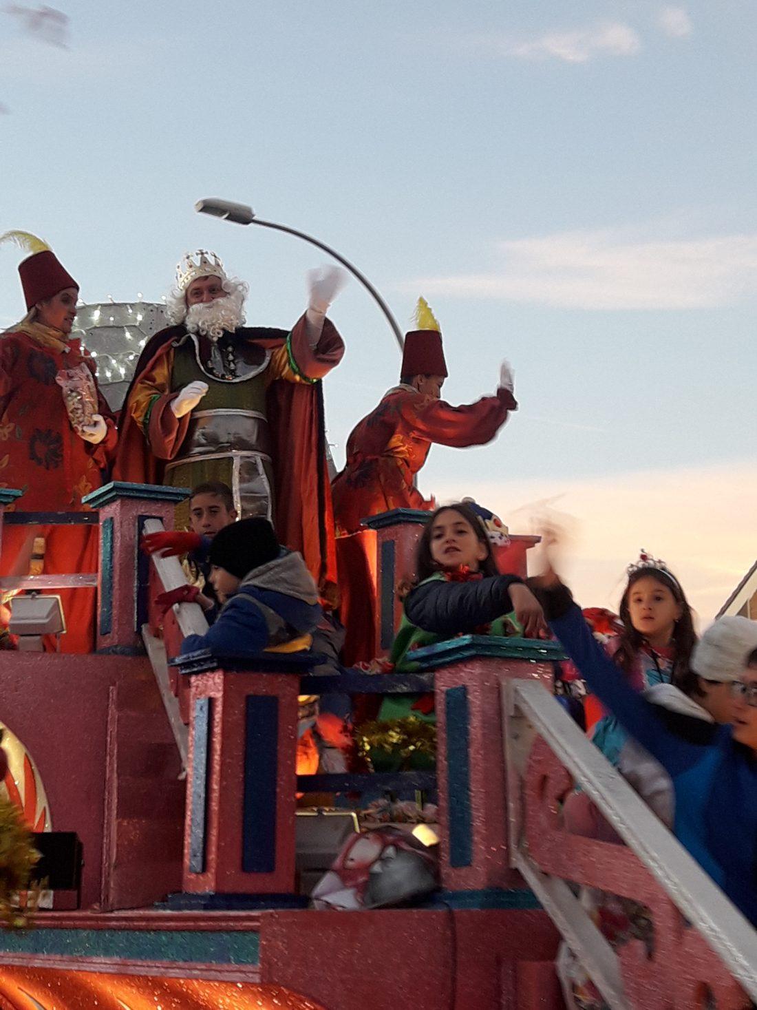 El Rey Melchor en su carroza visita Villa de Vallecas