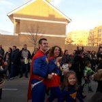 Supermán y su familia animando durante la Cabalgata de Villa de Vallecas