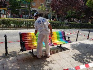 Los alumnos de Vallecas Labora pintan los bancos para conmemorar el Día del Orgullo