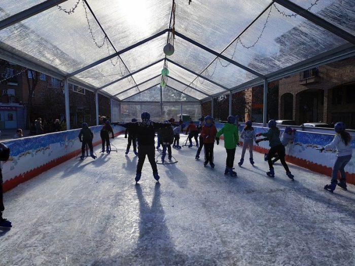 Por segundo año, la afición a los deportes de invierno se desarrolla en la pista de patinaje de Villa de Vallecas
