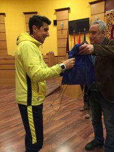 Los entrenadores participan del homenaje que este distrito ofrece equipo infantil de voleibol