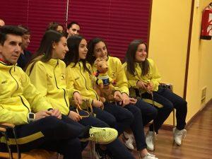 Parte del equipo espera su participación en el acto en el que reciben un homenaje