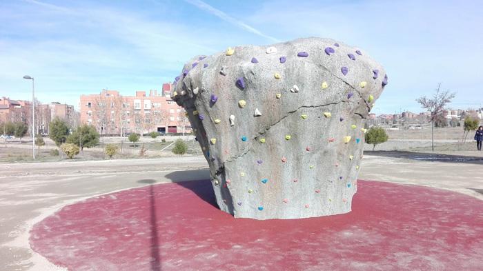 Imagen del boulder existente junto al rocódromo del Ensanche de Vallecas