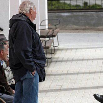 Un grupo de personas mayores en una calle de Madrid