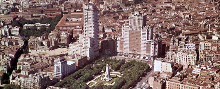 Plaza de España en 1969, con el edificio España en el centro
