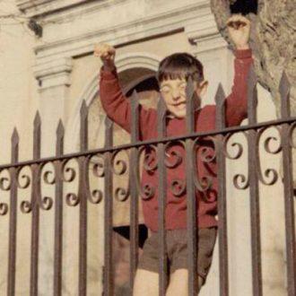 Juan Carlos Pérez Estébanez jugando en la puerta de la Iglesia de San Pedro (Carabanchel Alto, 1970)