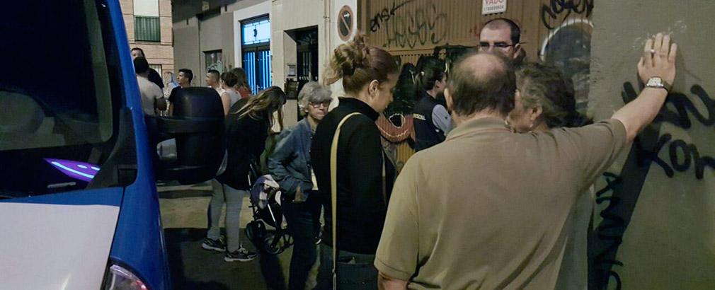 Vecinos y vecinas de Carabanchel, entre ellos la concejala Esther Gómez, en la puerta del edificio donde se produjo el desalojo.