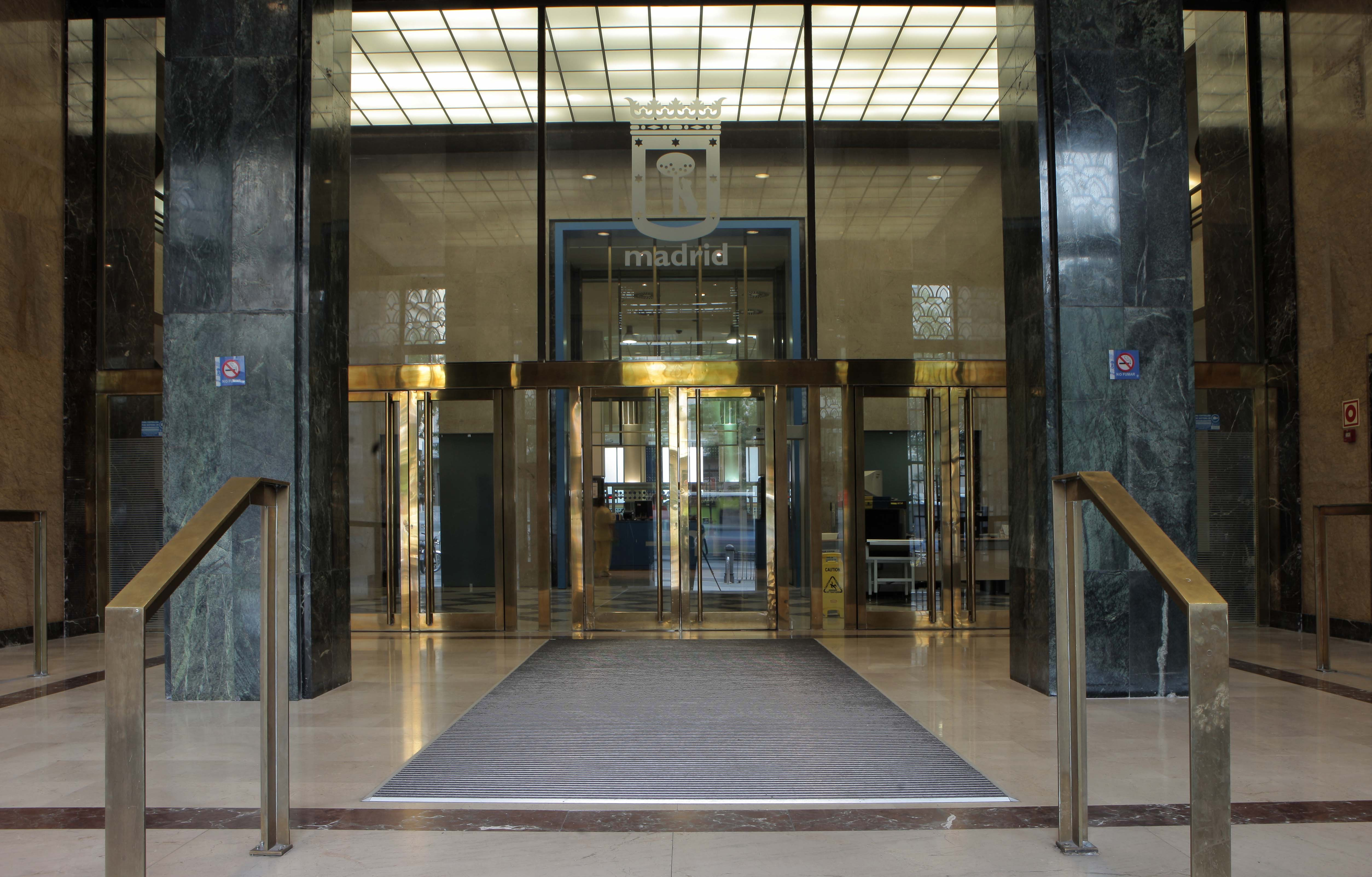 Puerta del edificio de Alcalá 45