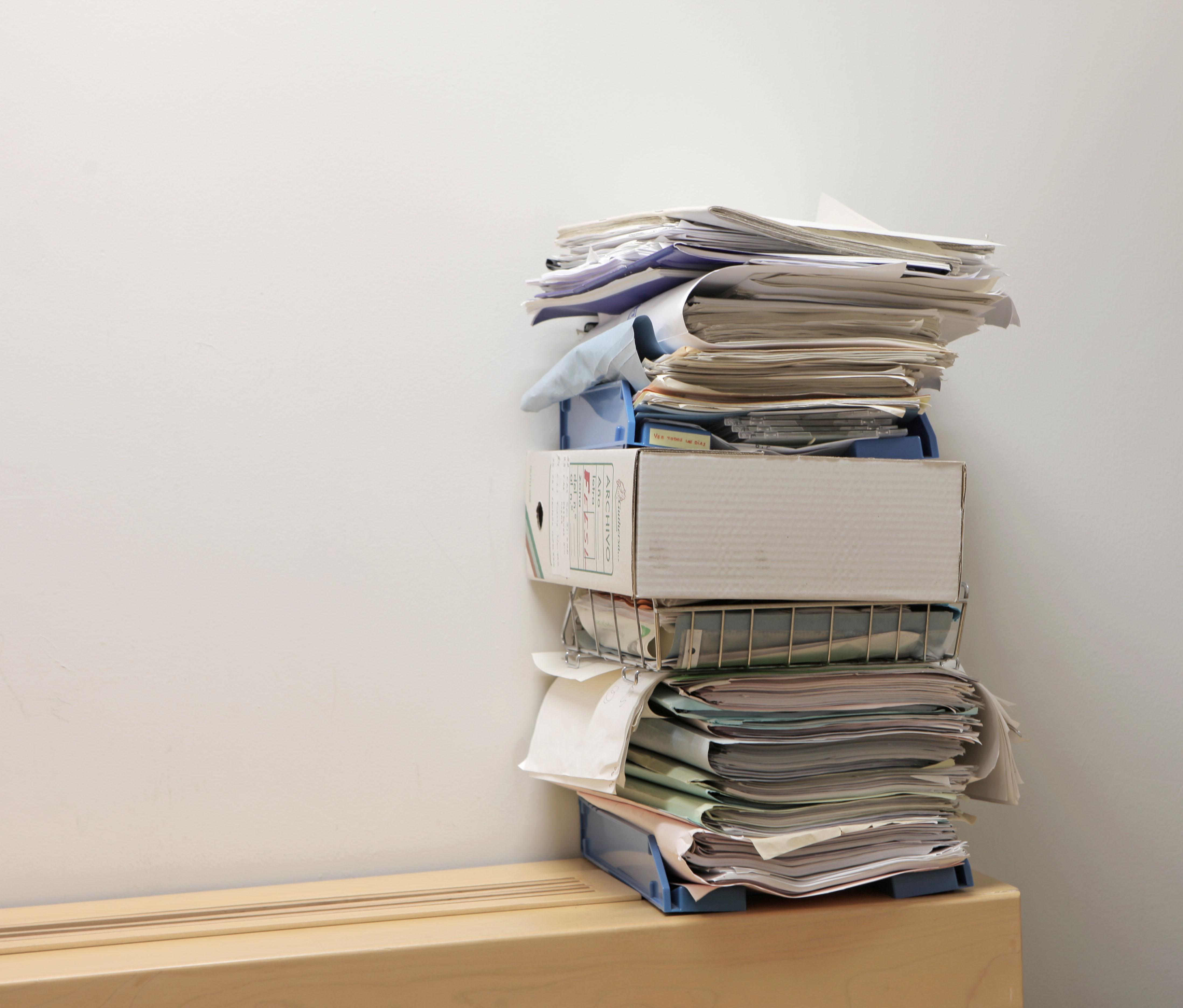 Papeles y archivadores amontonados