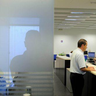 Un trabajador de la Oficina de Objetos Perdidos devuelve una pertenencia