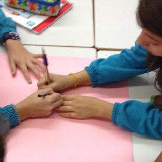 Alumnas de un colegio de San Fermín dibujan un proyecto para la biblioteca