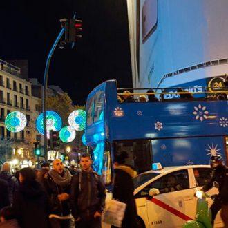 El bus de navidad a su paso por Gran Vía