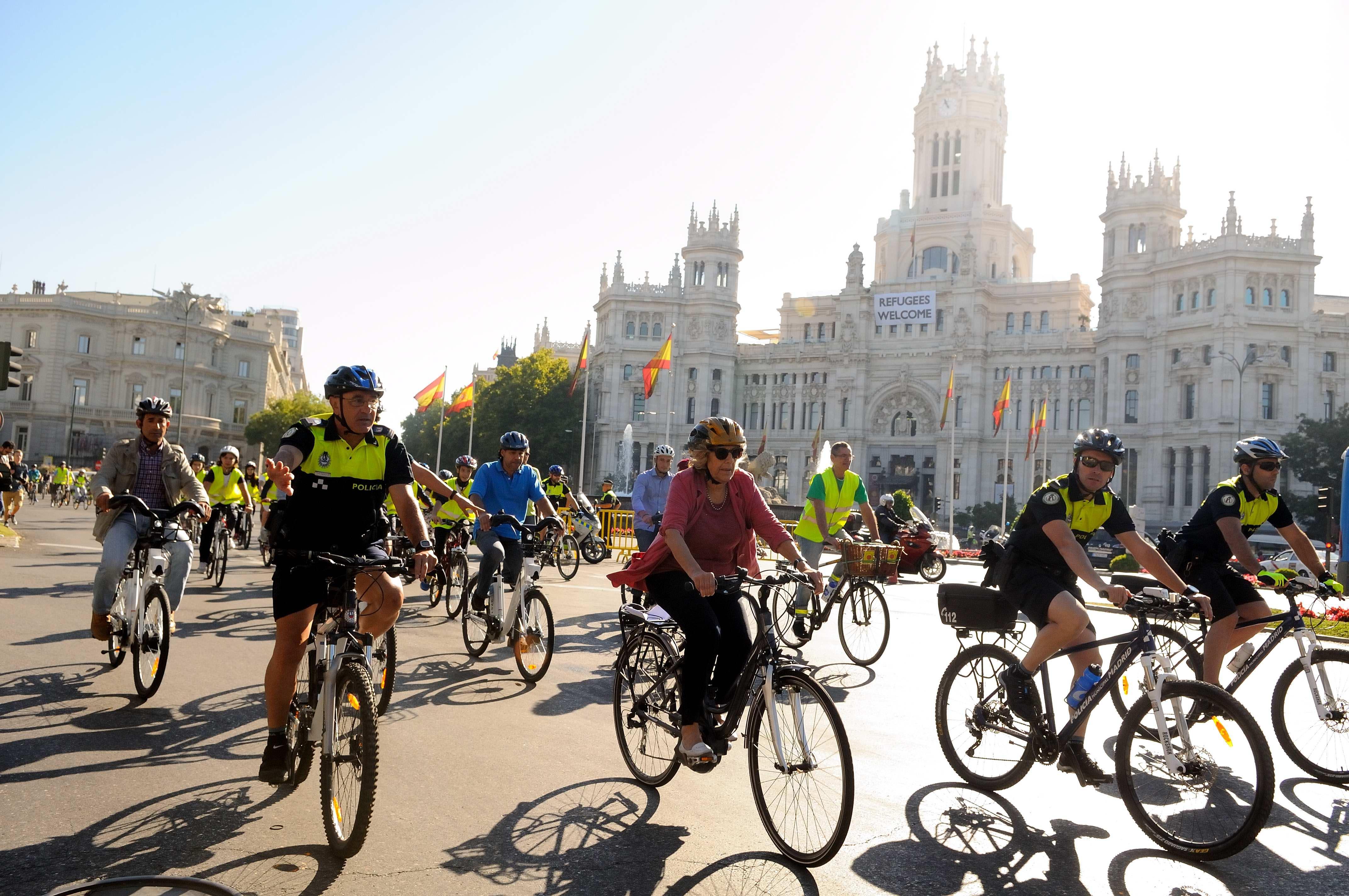 Carmena pedaleando junto con Policía Municipal y niños del proyecto STARS