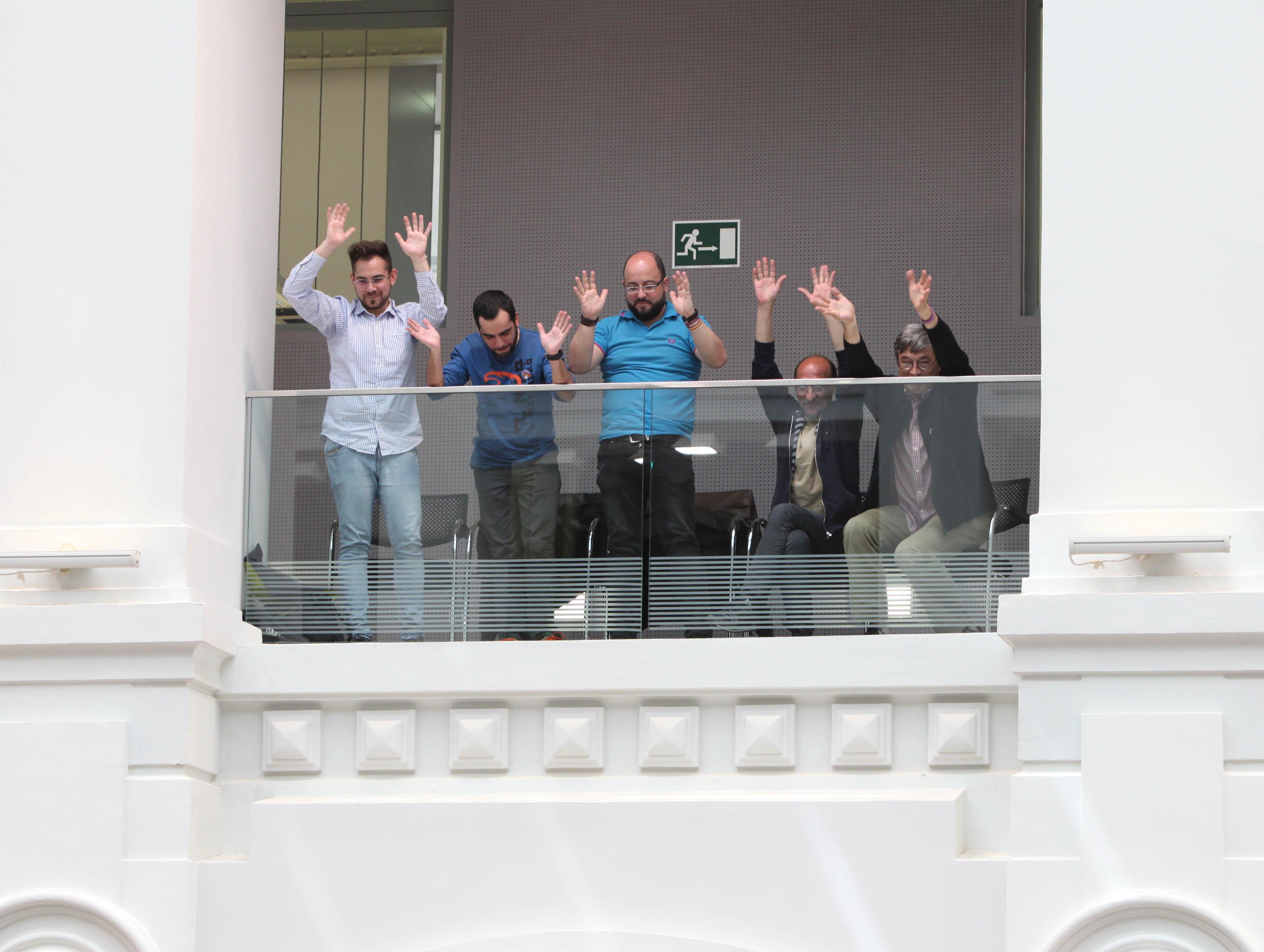 Representantes de colectivos LGTBI celebrando la aprobación de las medidas en el Salón de Plenos