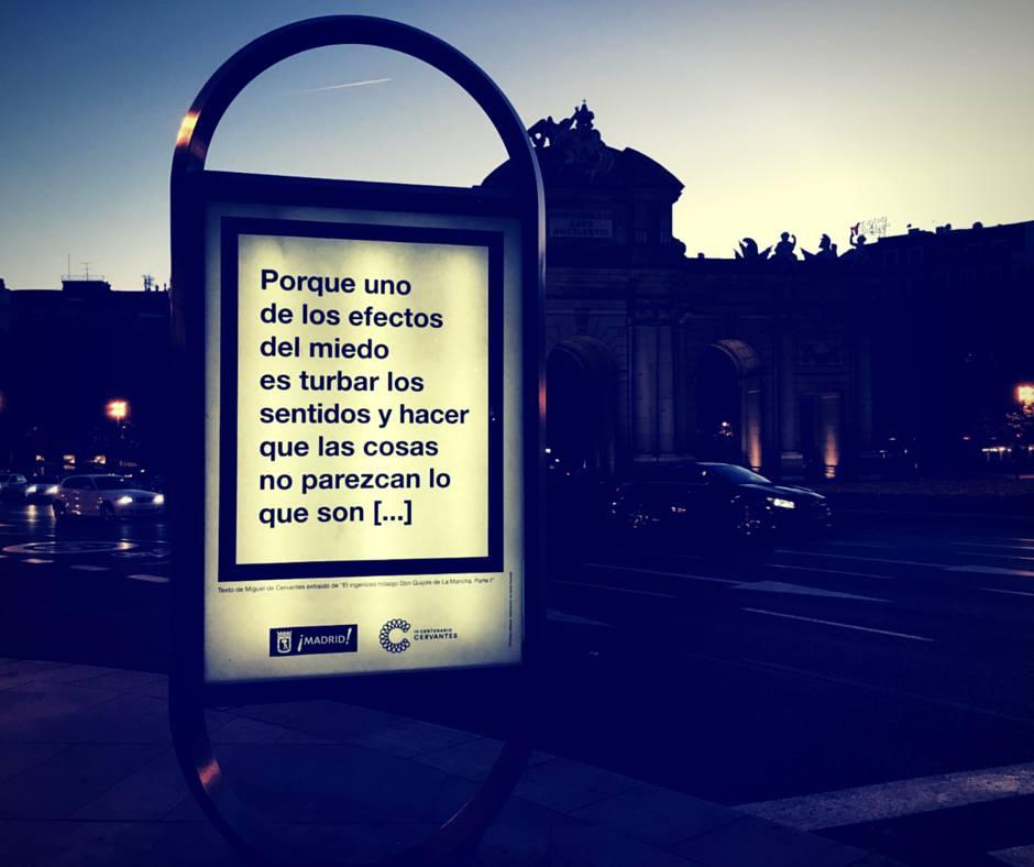 """Una de los carteles de """"Cervantes infiltrado"""", en la calle de Alcalá"""
