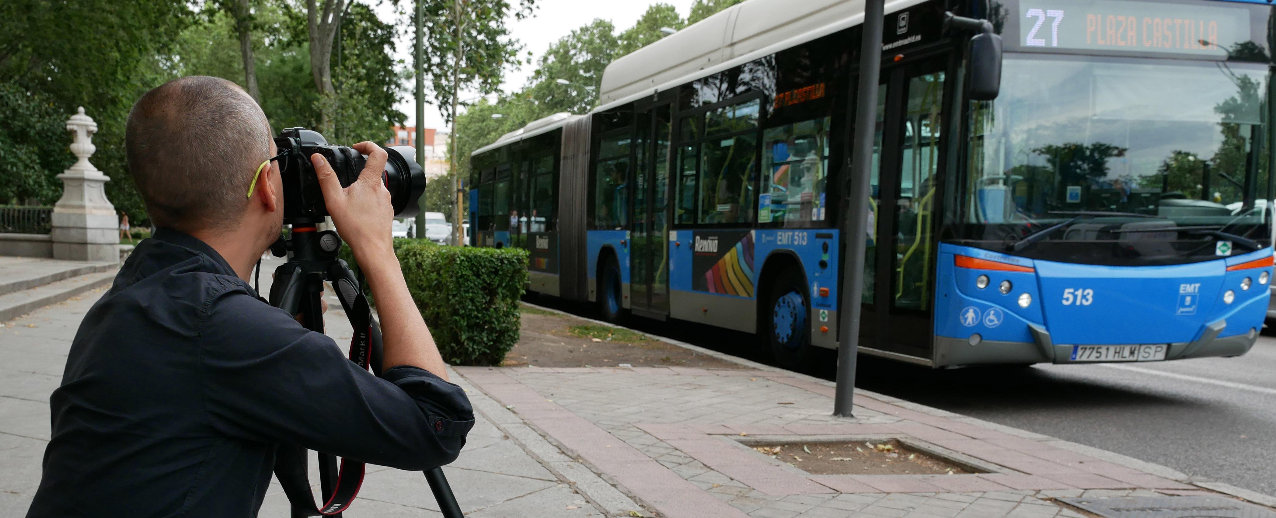 Fotógrafo enfocando un autobús de la EMT