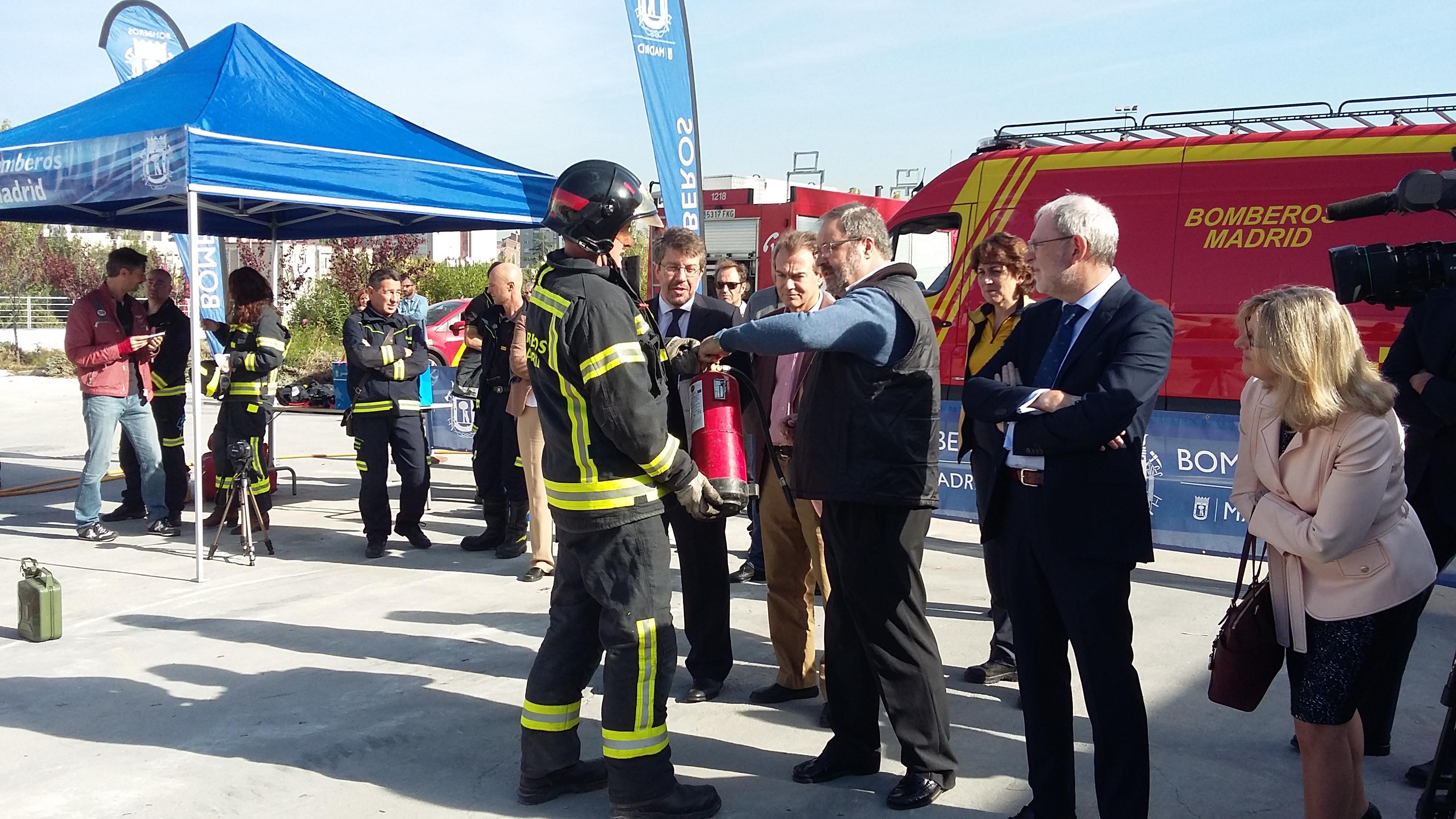 Javier Barbero con los bomberos en la presentación de la Semana de la Prevención de Incendios