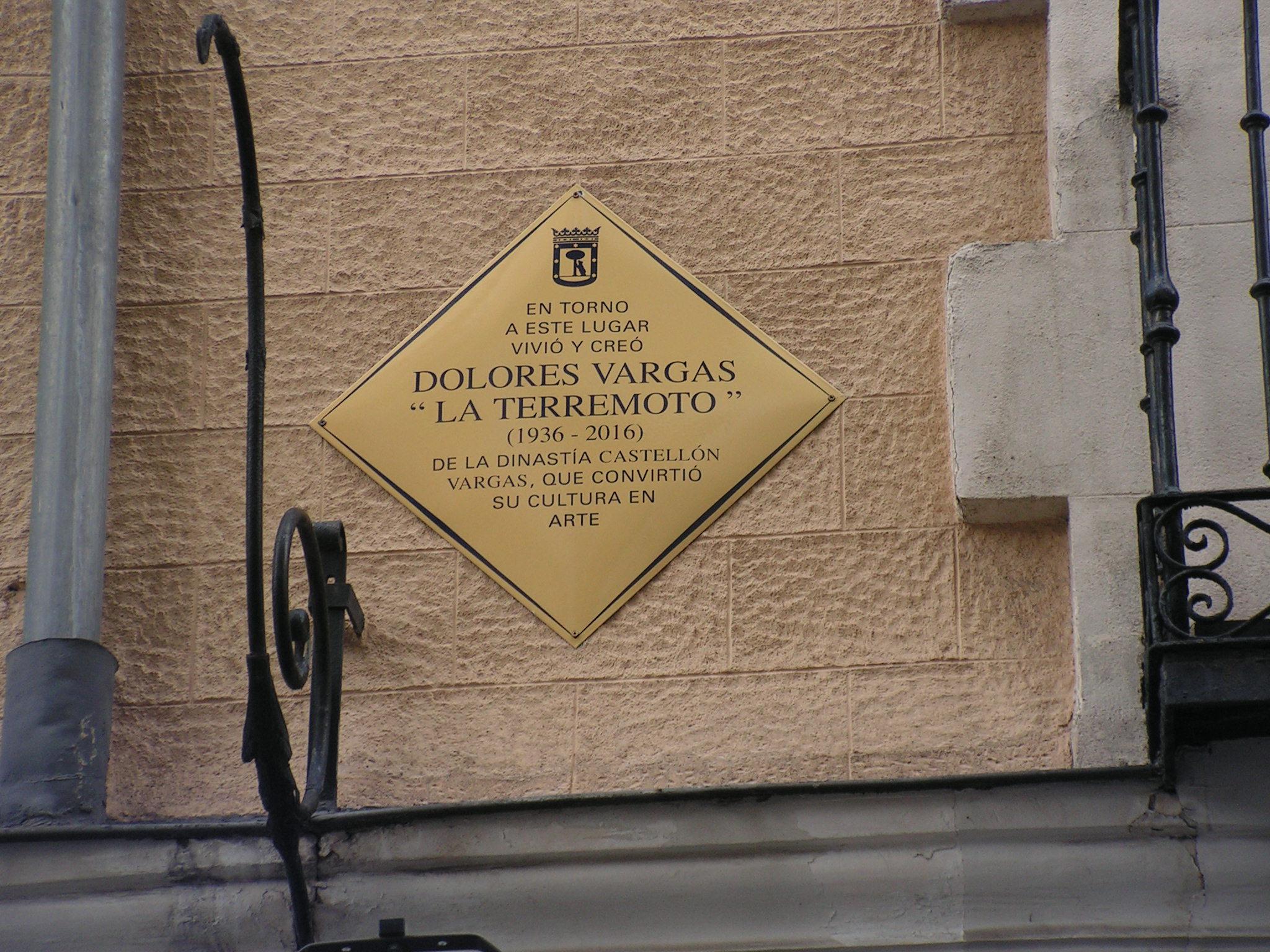 Placa de dedicada a Dolores Vargas, La Terremoto.