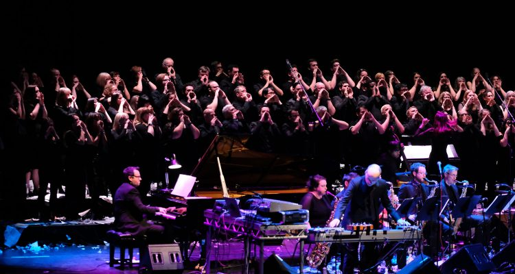 Matthew Herbert Brexit Big Band con London Brexit Choir. Imagen: Mark Allan