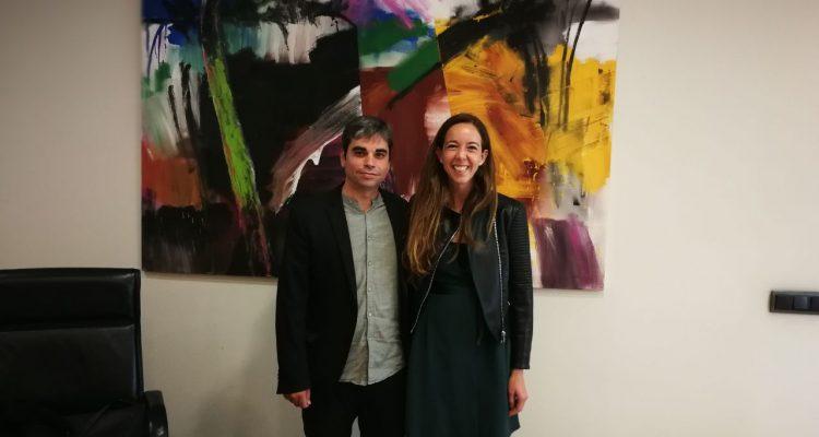 El delegado de Economía y Hacienda, Jorge García Castaño, junto a Carlota Pi, presidenta de Holaluz