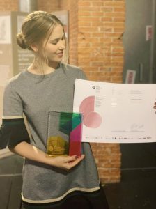 La diseñadora paraguaya Priscila Gächter muestra su galardón tras la entrega de premios celebrada el 26 de noviembre en la Cineteca