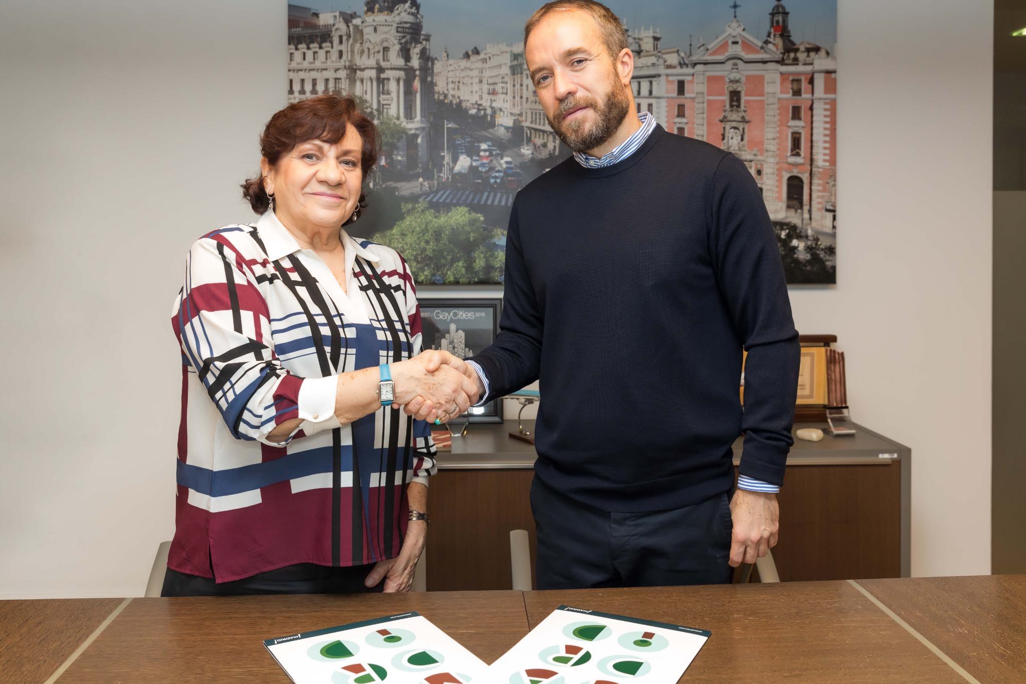 El director de Turismo del Ayuntamiento de Madrid, Miguel Sanz, y la presidenta de la Asociación Profesional de Guías de Turismo (APIT), María Rosa de Juan, tras la firma del acuerdo