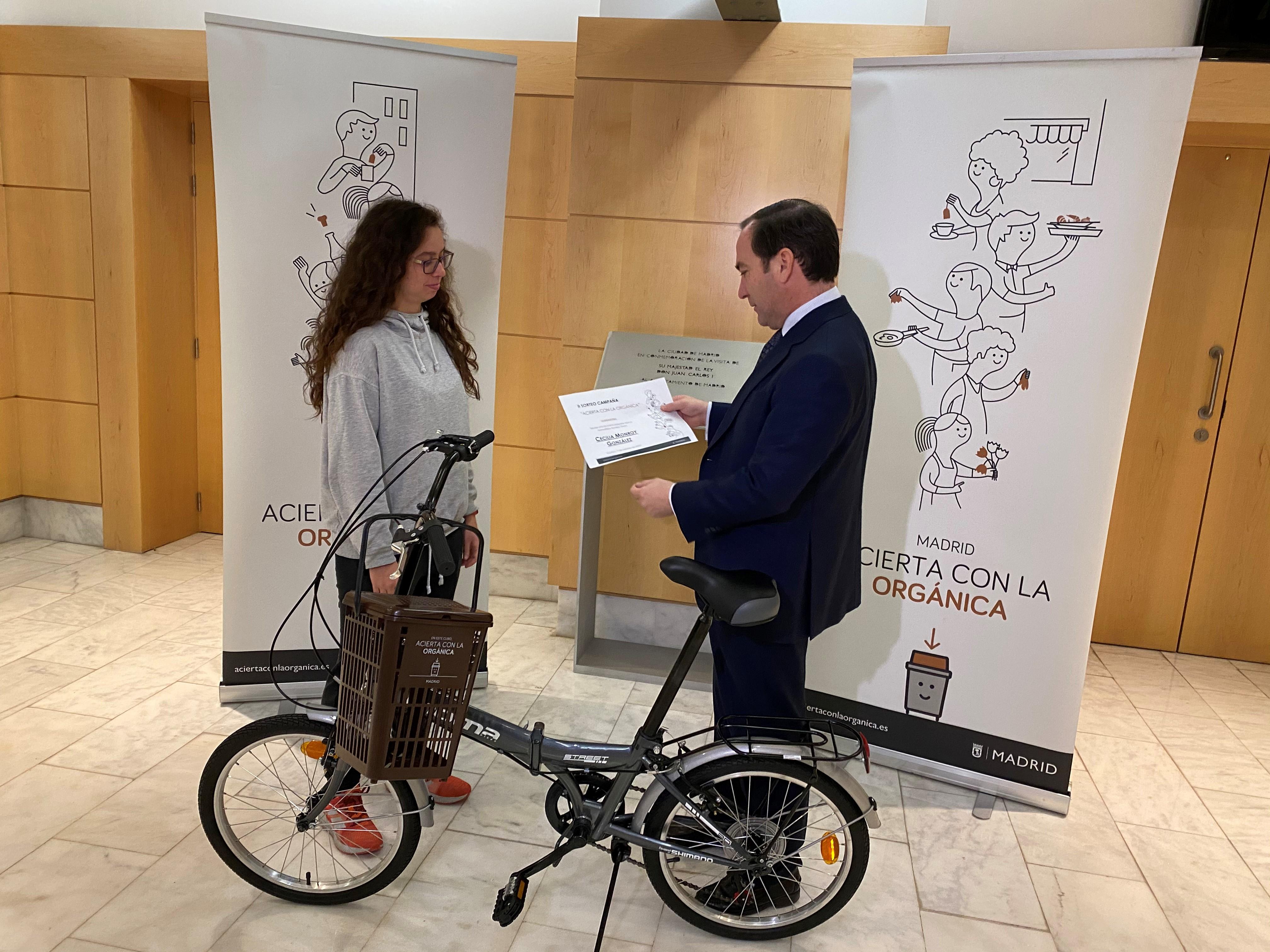 Entrega de la bicicleta a Cecilia Monroy, ganadora del concurso