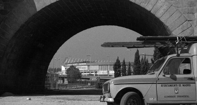 Estadio Vicente Calderón visto por debajo de los arcos del Puente de Toledo. Autora Fabiola Ciruelos Martínez