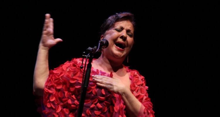 Carmen Linares, encargada de poner el cierre