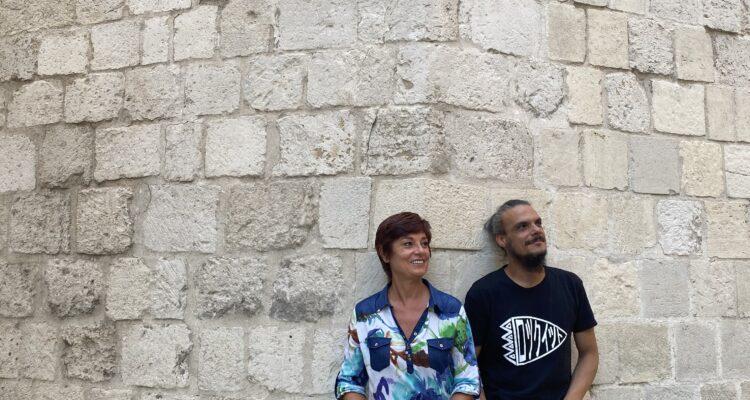 Los actores Silvia Espigado y Críspulo Cabeza en uno de los escenarios del recorrido de Cojuelo