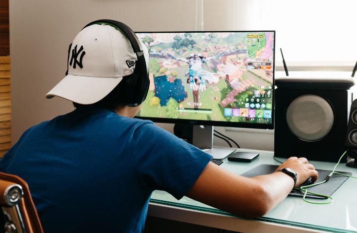 Adolescente jugando