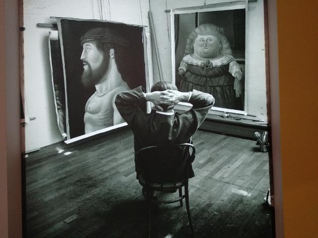 El artista contemplando sus obras