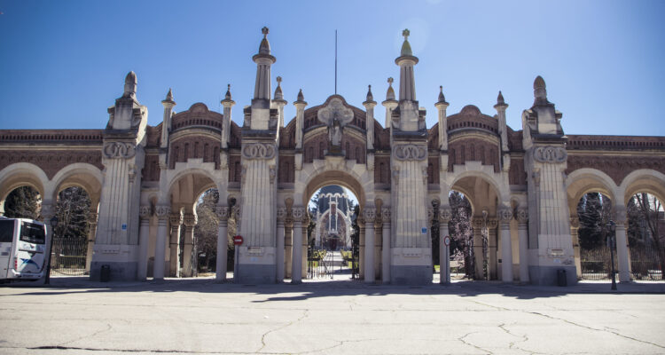Fachada del cementerio de la Almudena