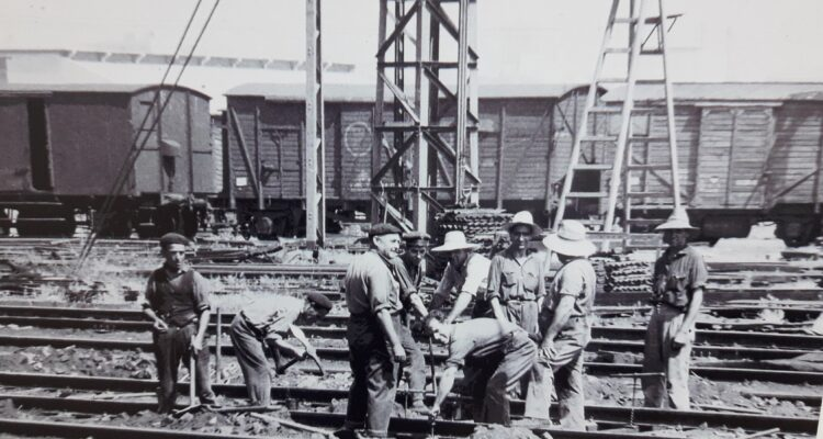 Operarios en las vías de la estación de ferrocarril