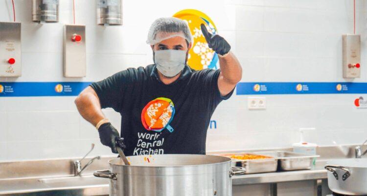 Cocinando los menús solidarios en la Escuela de Hostelería de Santa Eugenia